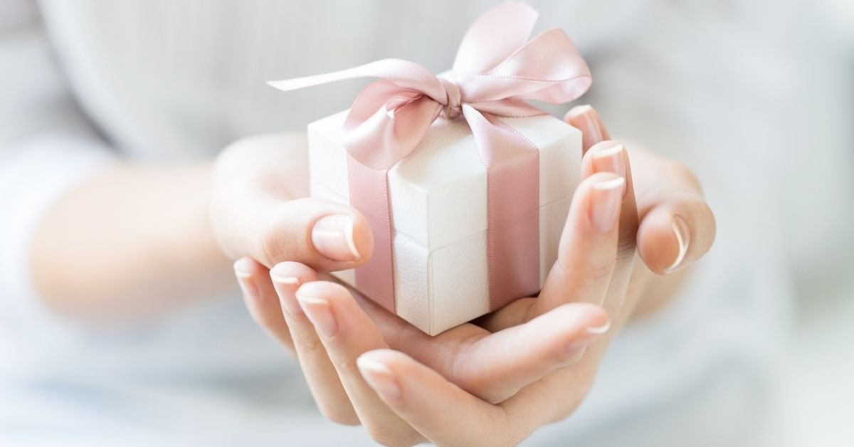 gift giving in Chinese culture use both hands